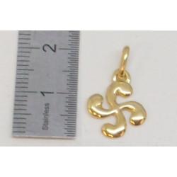 motif croix basque pour cette paire de boucles d'oreilles en or 18 carats ou 18K